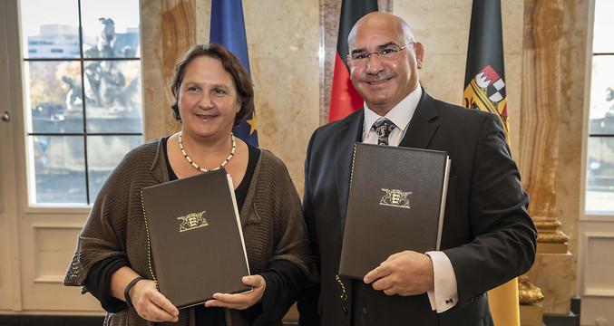 Staatsministerin Theresa Schopper (l.) und Daniel Strauß (r.), Vorsitzender des Landesverbands Deutscher Sinti und Roma (Bild: Staatsministerium Baden-Württemberg)